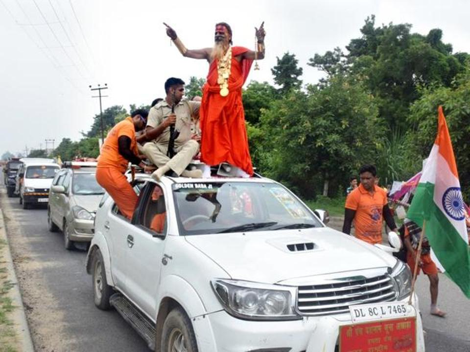 Golden Baba doing Kanwar Yatra wearing Just 20 kgs of gold worth 6 crores