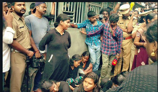 """""""Manithi"""" women members Struck firm in worshipping Lord Ayyappan at Sabarimala"""