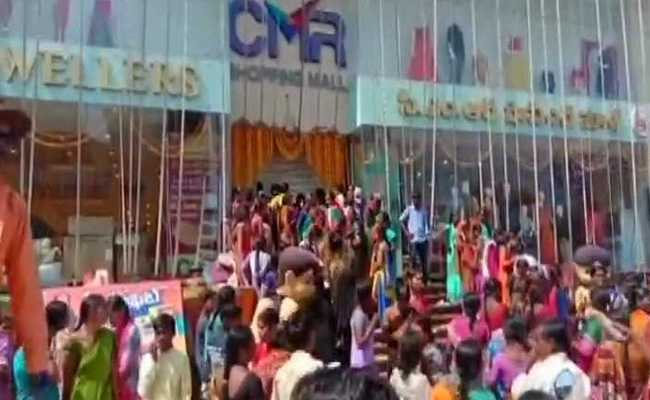 10 Rupees sarees offer in Hyderabad  created uncontrolled crowd
