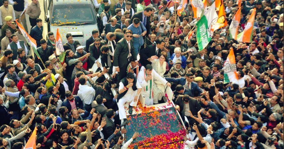Youth throngs for  Priyanka maiden political rally ,   Rahul fixed target for  Congress rule in  UP