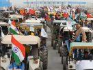 டெல்லியில் தேசியக் கொடியை ஏந்தி டிராக்டர் பேரணியை தொடங்கிய விவசாயிகள்